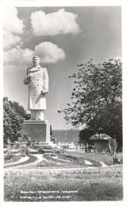 Паметника на Сталин на входа на Морската градина