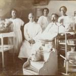 Д-р Смоленски с екипа си. На преден план - акушеро-гинекологично оборудване