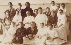 Д-р Смоленски с колеги и пациентки в акушеро-гинекологичното отделение на Държавната първостепенна болница. Снимката е от 1921 год., преди откриването на Общинския Майчин дом