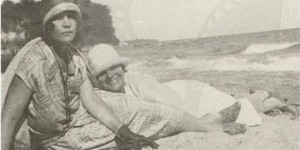 Багряна (вляво) във своя приятелка на морския бряг, 1930 г. Снимката е притежание на НИМ - София©