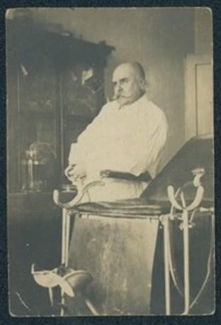 Д-р Попов в кабинета си. Снимка на ДА-Варна