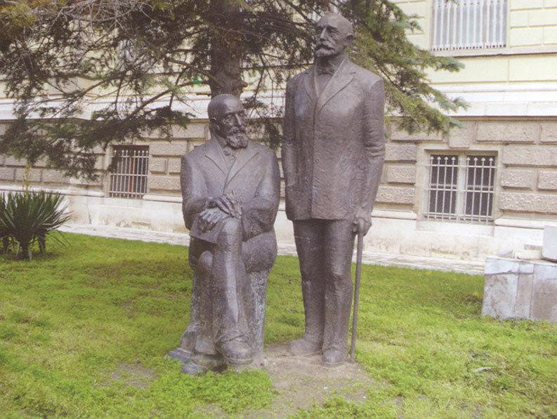 Паметникът на братя Шкорпил пред входа на Археологическия музей в гр. Варна