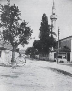 Азизие джамия, 1928 г. (вляво са остатъци от чешмата)